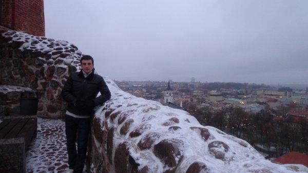 Admirez la vue du haut de la forteresse qui surplombe la ville